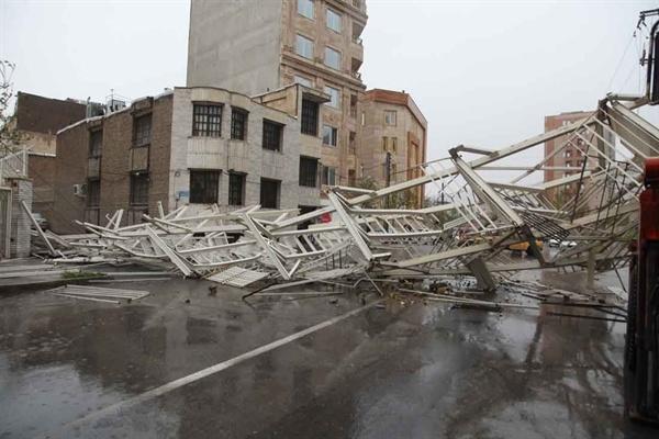 سقوط پله فرار ساختمان
