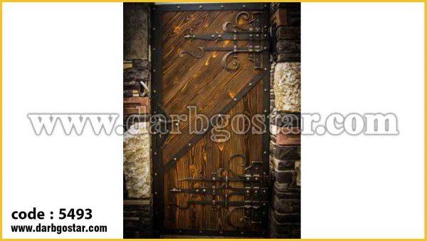 در ورودی درب فرفورژه و طرح چوب 5493